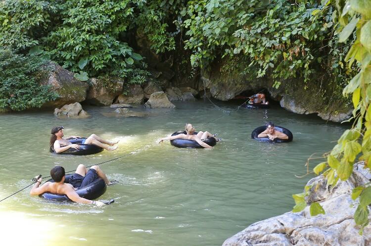 jaskinia wody w Vang Vieng w Laosie