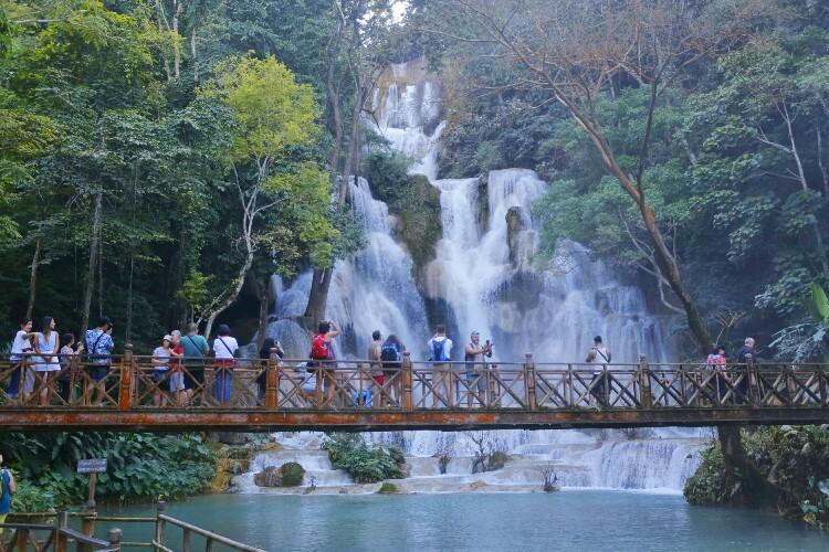 wodospady Kuang Si w Luang Prabang w Laosie
