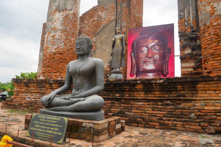 świątynia Wat Thammikarat w Tajlandii, siedzący Budda