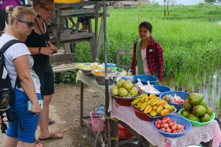 stragan z owocami w Inle Lake