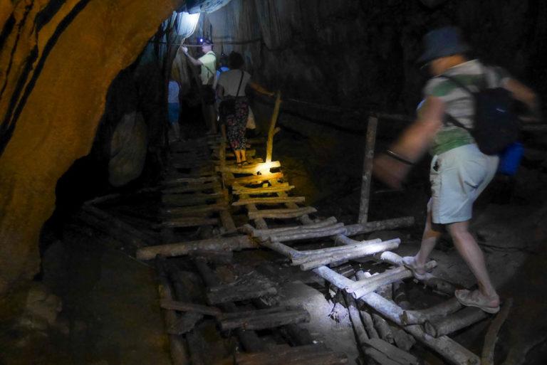 Prowizoryczne drabinki nad stojącą wodą w jaskini Hoi