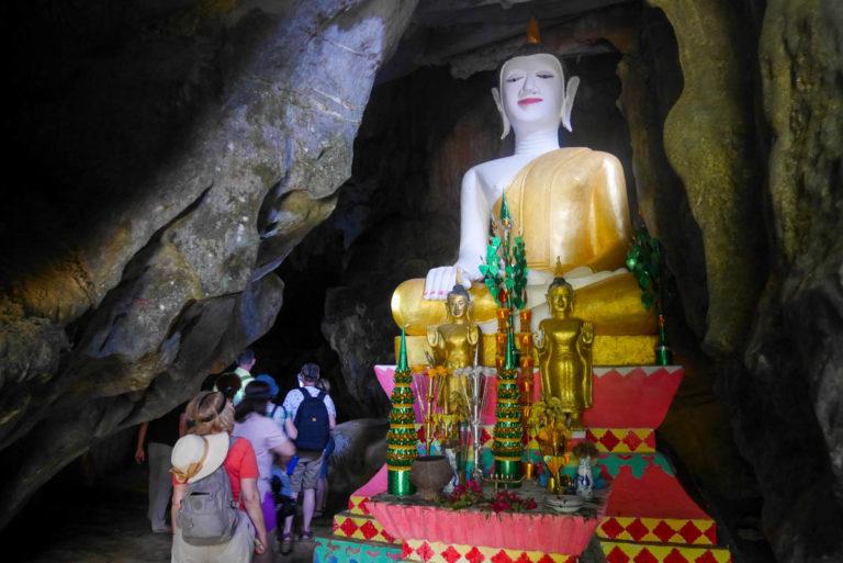 Budda przy wejściu do jaskini Hoi