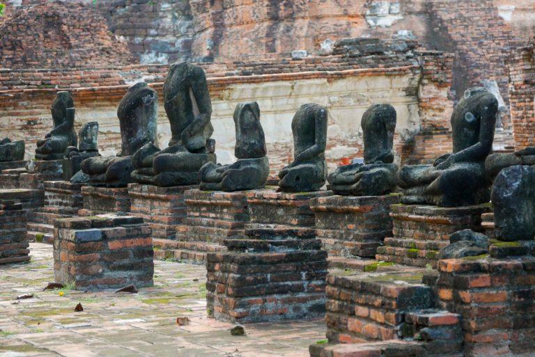 Rzeźby Buddy z obciętymi przez wojska birmańskie głowami