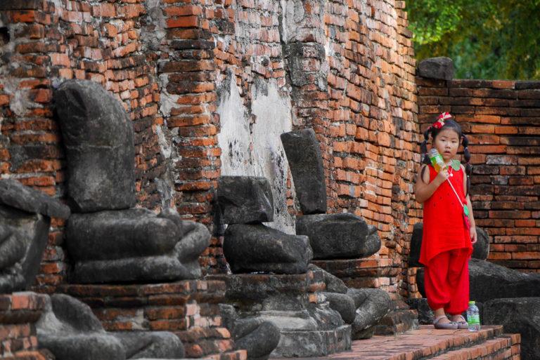 Galeria ze zniszczonymi podczas inwazji birmańskiej rzeźbami Buddy