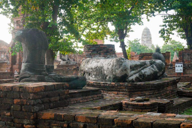 Zniszczone rzeźby Buddy