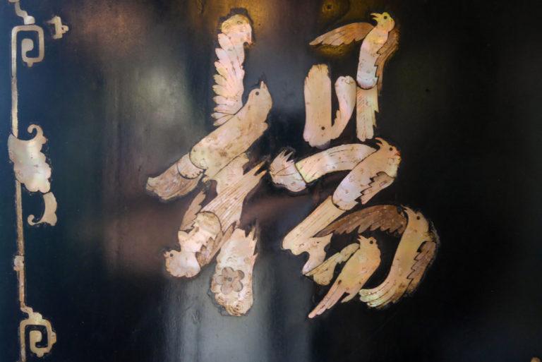 Litery w kształcie ptaków z masy perłowej