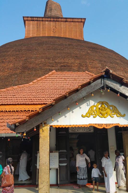 Wejście do świątyni przed dagobą