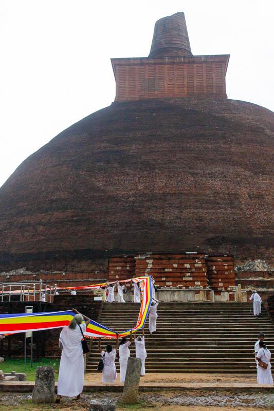 Festiwal buddyjski Katina Pooja u podnóża dagoby
