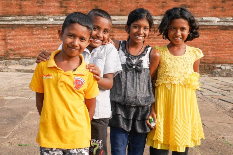 Dzieci na boso spacerują wokół dagoby