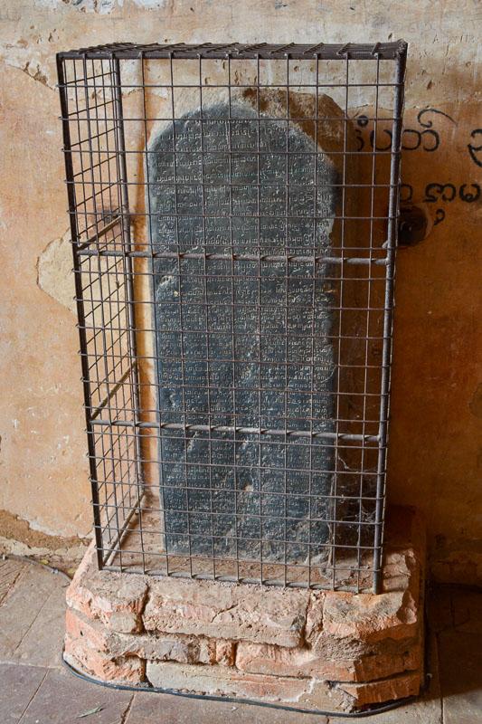 Kamienna tablica z inskrypcją