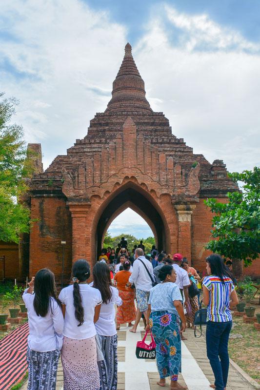 Brama wejściowa z murem otaczającym świątynię