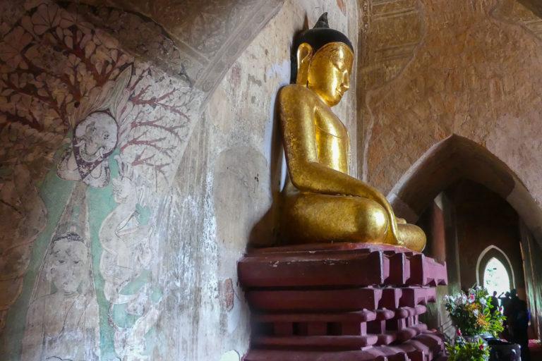 Nisza z siedzącym Buddą