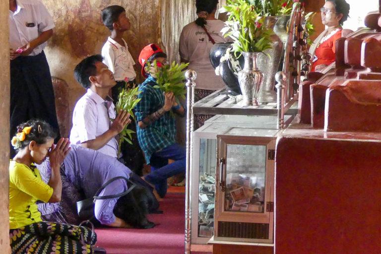 Modlący się przed Buddą