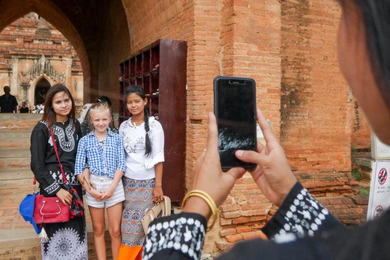 Birmańczycy chętnie fotografują się z cudzoziemcami