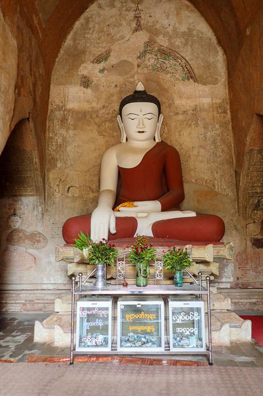 Siedzący Budda wewnątrz świątyni