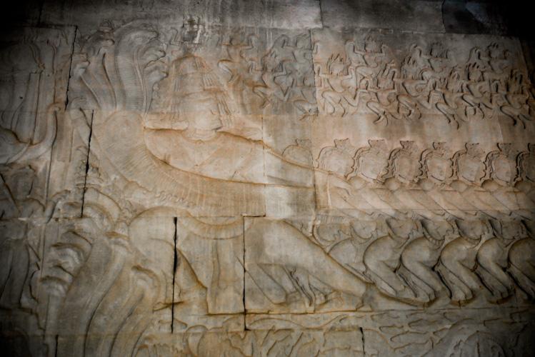 92 demony (Asury), wraz z Ravaną, końmi i słoniami, które ciągną za pięciogłowego węża.
