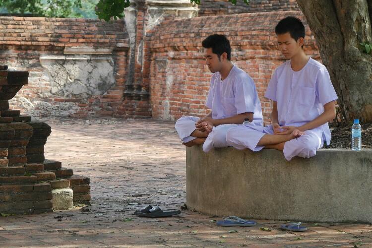 buddyści w modlitwie