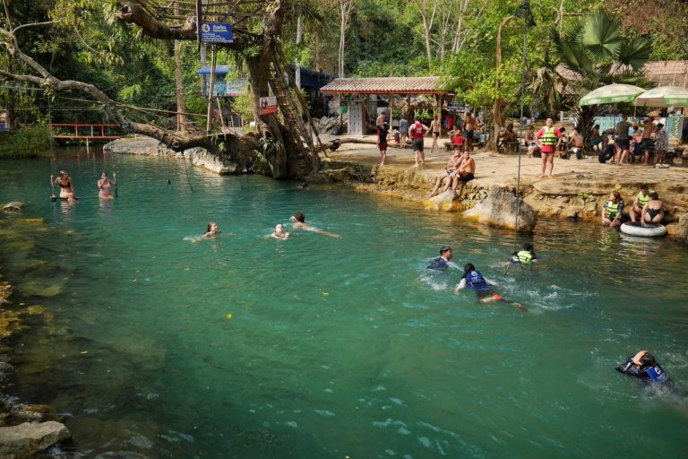 Błękitna Laguna w Vang Vieng w Laosie