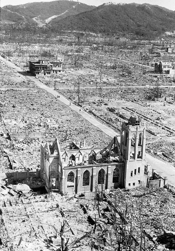 Zniszczona Hiroszima - 870 m od hipocentrum. Widok z budynku Chugoku Shimbun. Zdjęcie: Shigeo Hayashi, dzięki uprzejmości Muzeum Pokoju w Hiroszimie