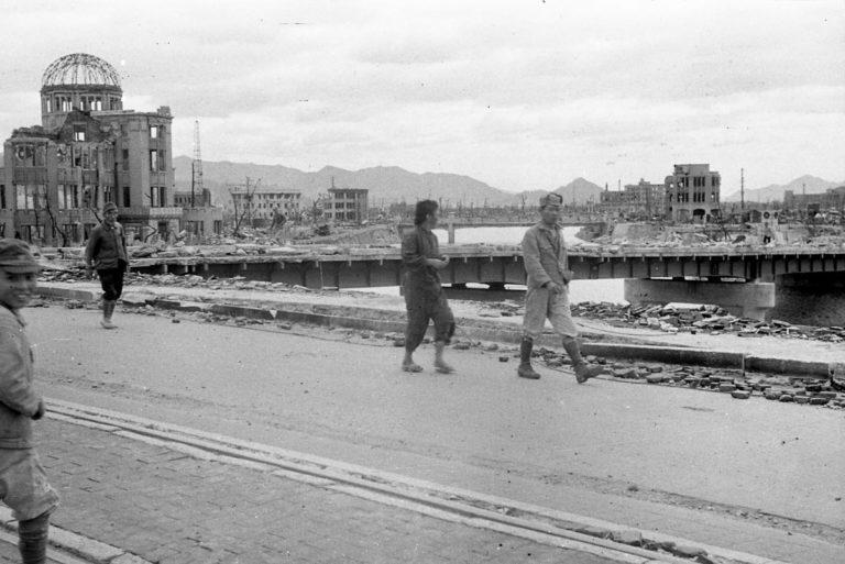 Widok z mostu Aioi. Dwa miesiące po wybuchu bomby nad Hiroszimą. Zdjęcie: Shigeo Hayashi, dzięki uprzejmości Muzeum Pokoju w Hiroszimie