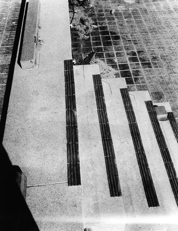 Cienie na schodach prawdopodobnie zostawione przez ludzi, którzy dosłownie wyparowali w czasie wybuchu bomby atomowej. Zdjęcie: Shigeo Hayashi, dzięki uprzejmości Muzeum Pokoju w Hiroszimie