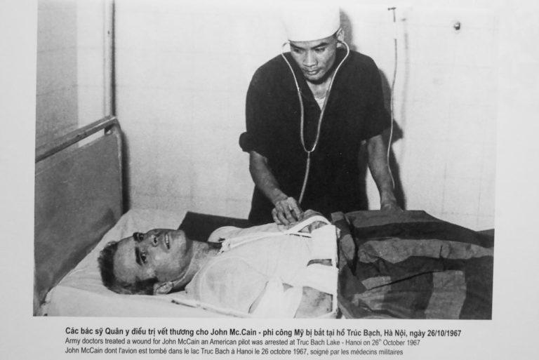 Wietnamski lekarz w więzieniu bada Johna McCaina w Hoa Lo