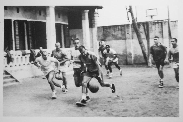 Amerykańscy więźniowie grają w więzieniu w Hanoi w koszykówkę