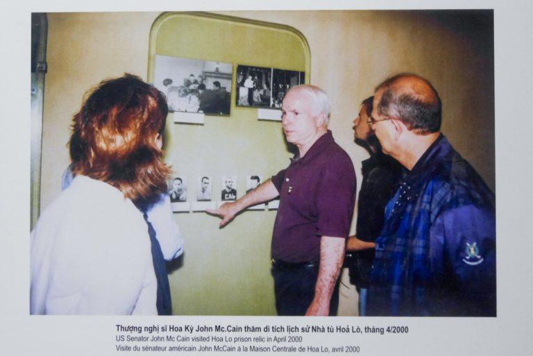 John McCain w 2000 roku odwiedził więzienie Hoa Lo