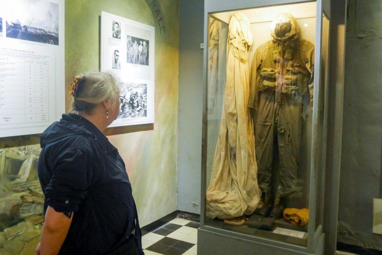Kombinezon amerykańskiego pilota w dawnym więzieniu Hoa Lo w Hanoi