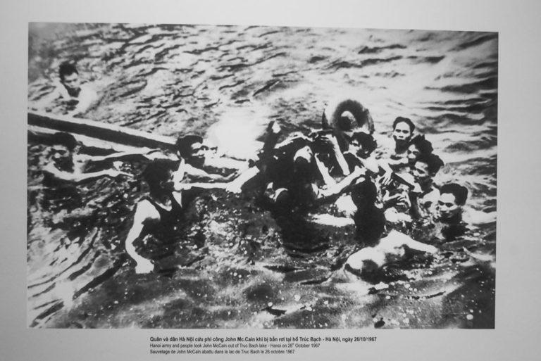 John McCain wyciągany jest przez Wietnamczyków po tym jak jego samolot spadło do jeziora w Hanoi, potem trafił do Hoa Lo