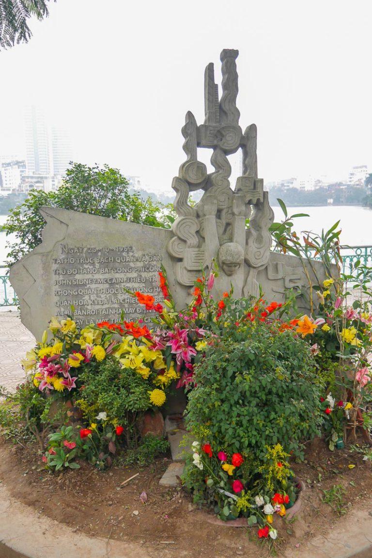 Pomnik upamiętniający wypadek Johna McCaina w Hanoi - więźnia Hoa Lo