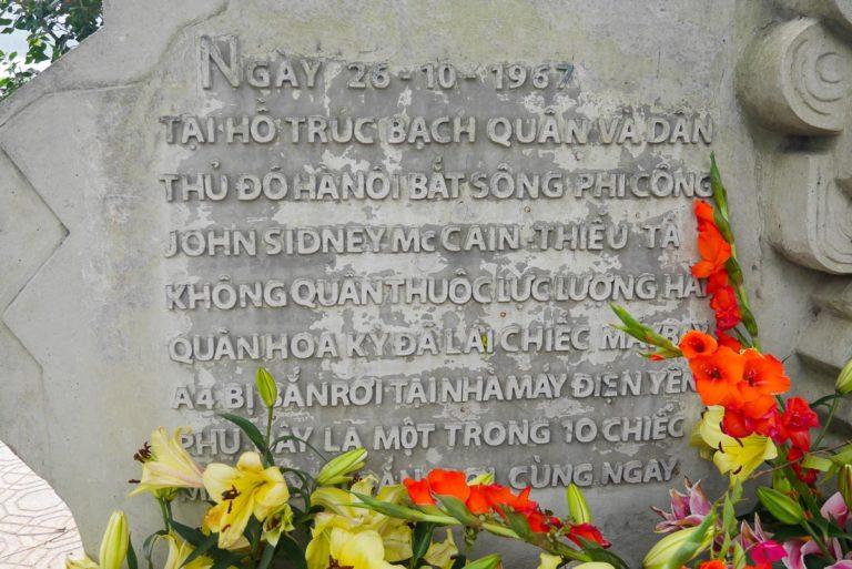Pomnik upamiętniający wypadek Johna McCaina w Hanoi