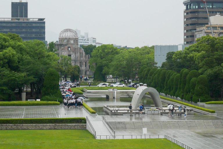 Cenotaf (symboliczny grobowiec) i Genbaku Dome (w tle)