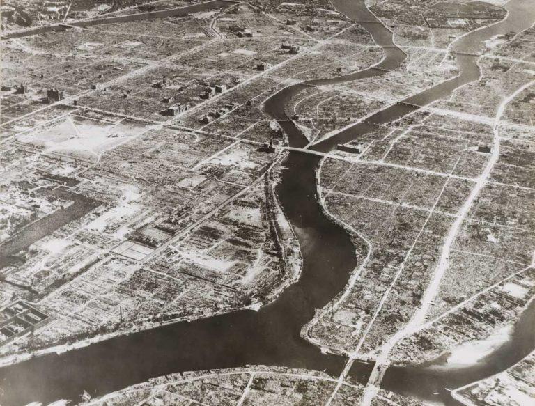 Hiroszima po wybuch bomby atomowej. Widok na most Aioi w kształcie litery T-cel ataku. Zdjęcie: US Army, dzięki uprzejmości Stimson Center