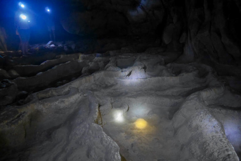 Podłoga jaskini Hoi przypomina tarasowe pola ryżowe