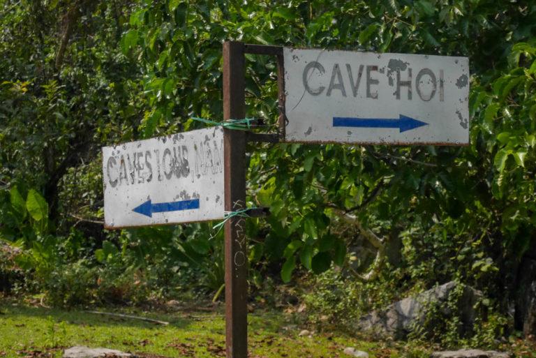 Drogowskaz do jaskiń Loup i Hoi