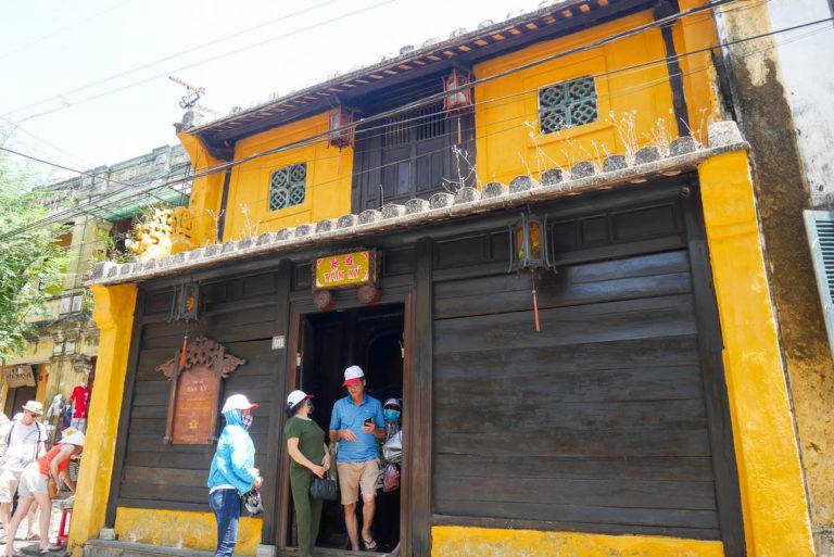 """Domu Tan Ky z """"czujnymi oczami"""" nad wejściem"""