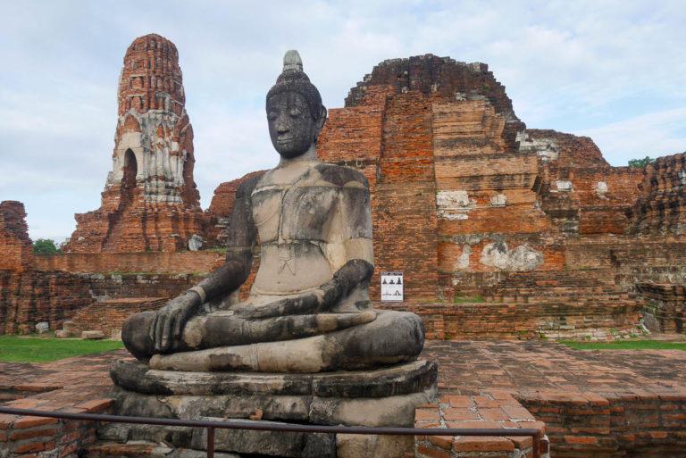 Budda, a w tle pozostałości po głównej wieży