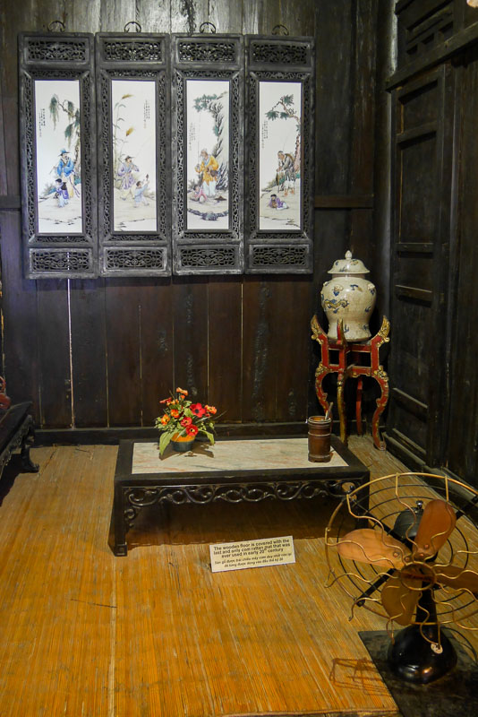 Niewielkie pomieszczenie przy salonie w domu Tan Ky