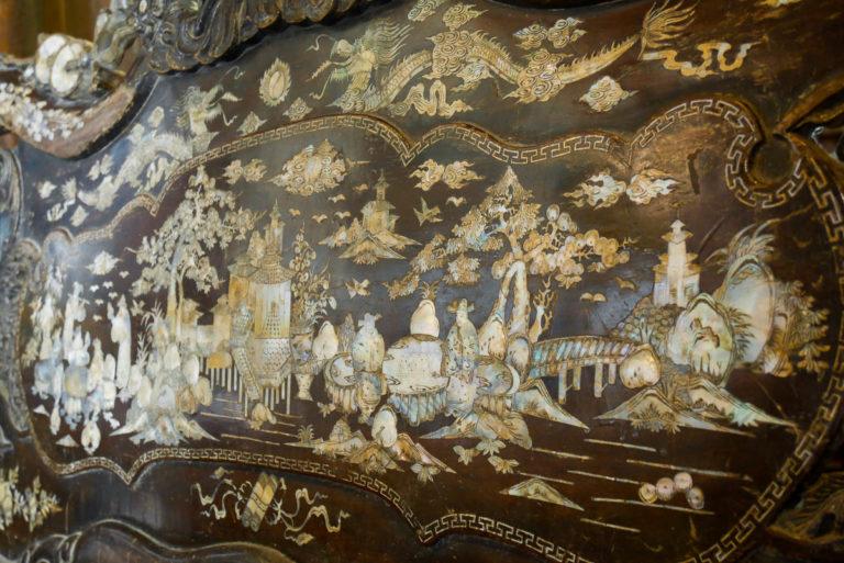 Ława zdobiona masą perłową w domu Tan Ky
