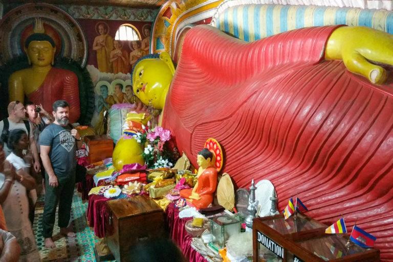 Leżący Budda wewnątrz świątyni