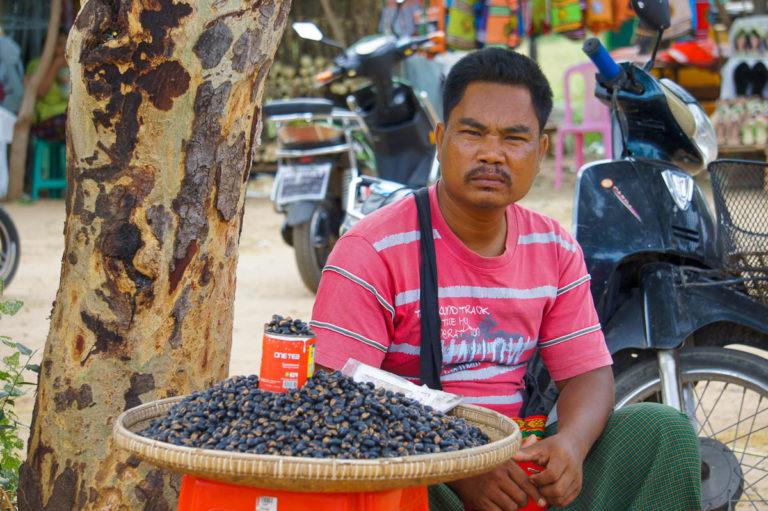 Sprzedawca ślimaków przed świątynią