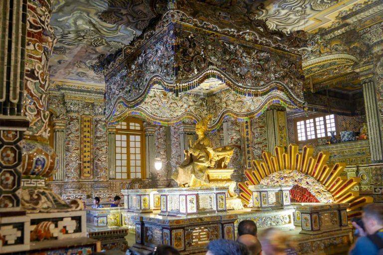 Tron z rzeźbą Khai Dinha, pod którym znajduje się jego ciało