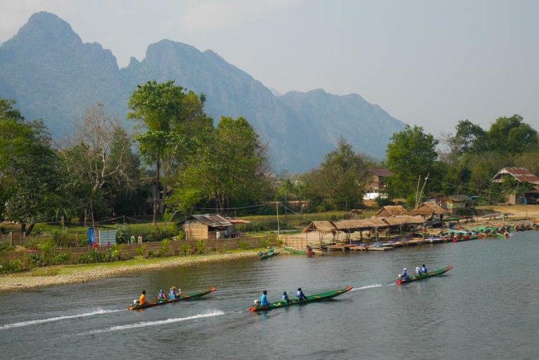 Łodzie na rzece Nam Song