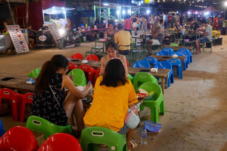 Nocny targ z jedzeniem