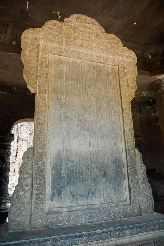 Płyta upamiętniająca Khai Dinha. Tekst napisał jego syn Bao Dai