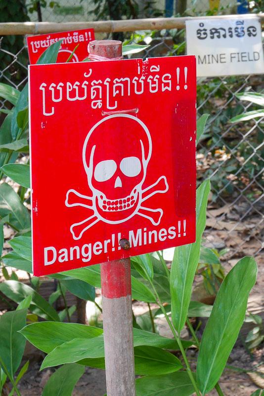 Tablica ostrzegawcza: Niebezpieczeństwo!! Miny!!