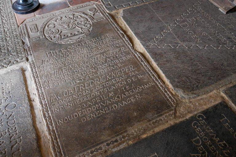 Płyty nagrobne w kościele