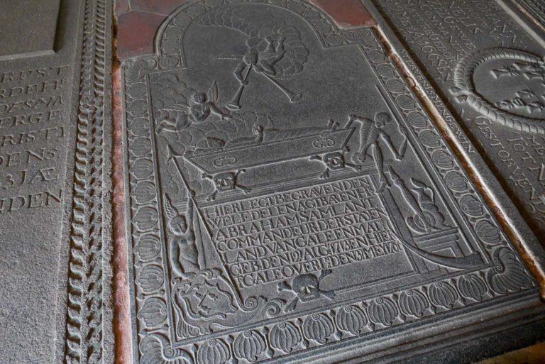Bogato zdobiona płyta nagrobna w kościele
