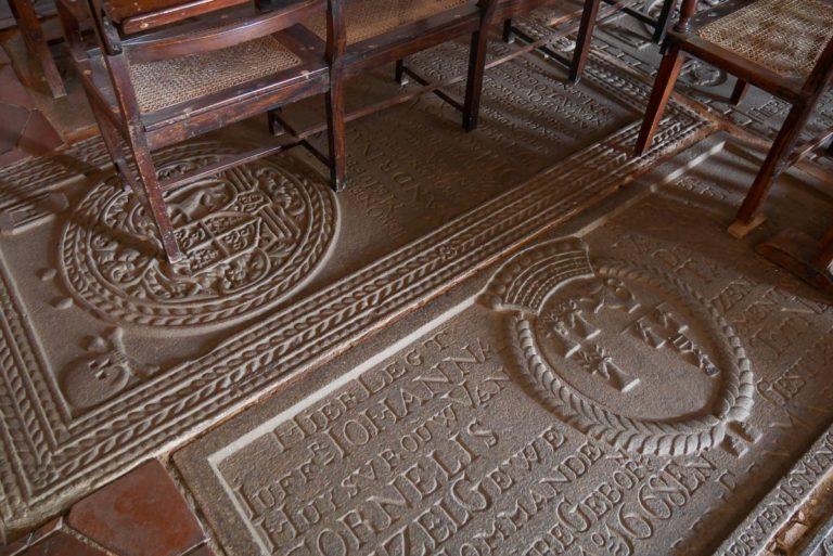 Płyty nagrobne wewnątrz kościoła